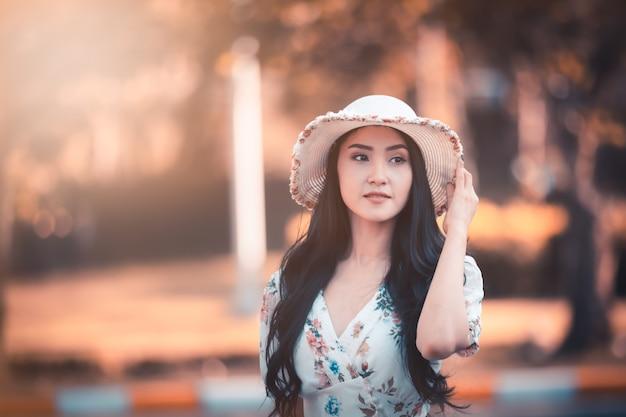 Perfil asiático hermoso del retrato de la muchacha de las mujeres y sonrisa en el estilo de la imagen de instagram del jardín
