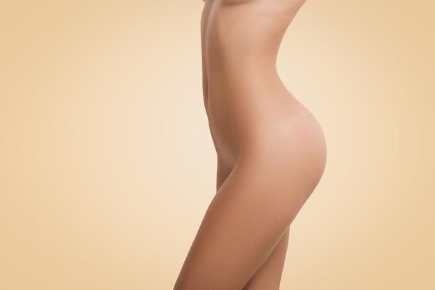 Perfil del cuerpo femenino desnudo