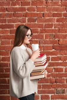 Perfil de estudiante que va con libros y café.