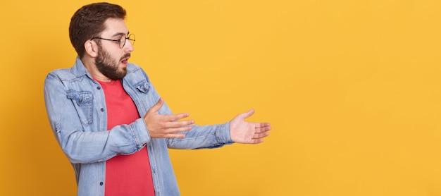 Perfil del hombre carismático emocional mirando hacia el futuro, levantando los brazos, impresionando la expresión facial, abriendo ampliamente la boca y los ojos