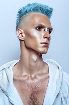 Perfil de un hombre guapo con cabello azul
