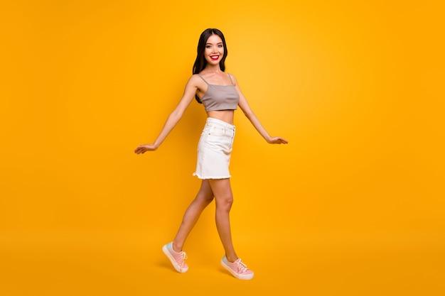 Perfil lateral de cuerpo entero foto de tamaño corporal de agraciado encantador fascinante lindo joven bailando como bailarina en calzado sonriendo con dientes aislados de fondo de colores vivos