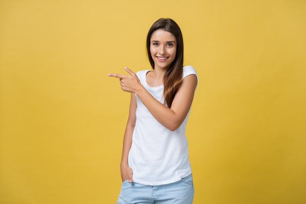 Perfil de una mujer apuntando en un espacio de copia para un anuncio.