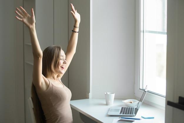 Perfil retrato de una mujer celebrando el éxito