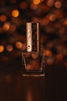 Perfume con fondo dorado borroso
