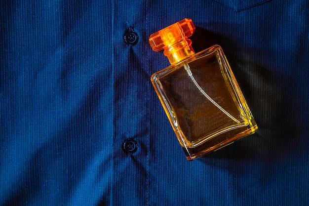 Perfume en una hermosa botella de oro.