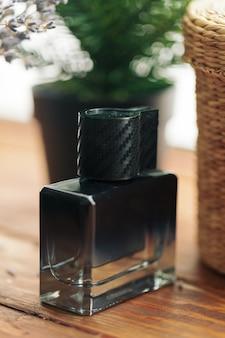 Perfume de hombre. botella de spray
