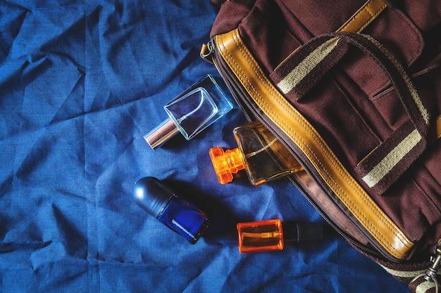 Perfumes y botellas y bolsas de perfumes.