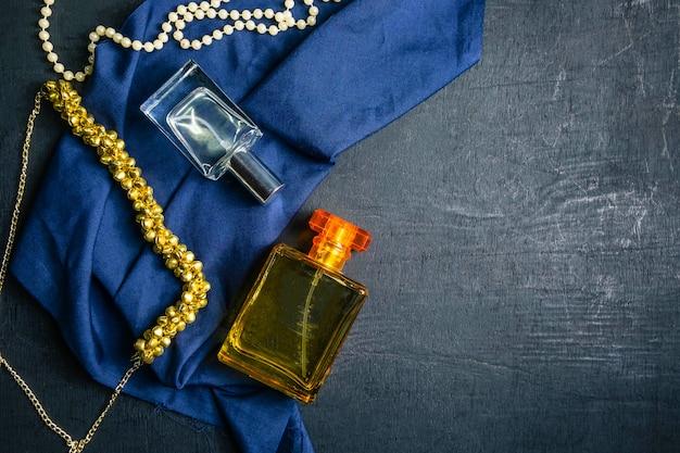 Perfumes y botellas de perfumes.