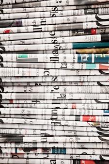 Periódicos doblados para formar un fondo.