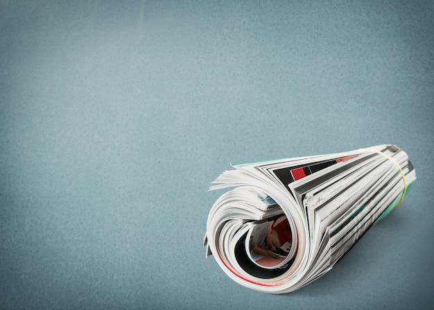Periódicos enrollados de cerca sobre fondo