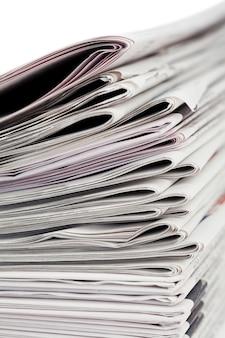Periódicos en un fondo blanco