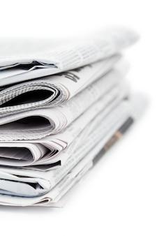 Periódicos y gafas negras