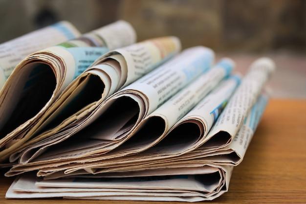 Periódicos en la mesa