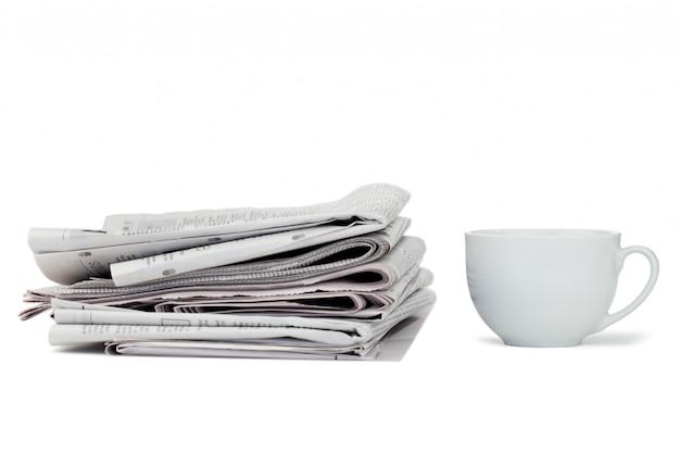 Periódicos y taza de té