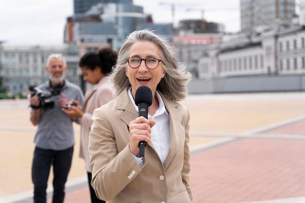 Periodista contando la noticia