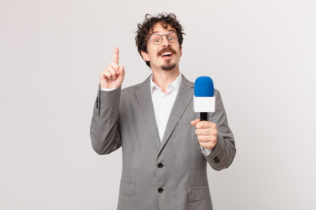 Periodista joven que se siente como un genio feliz y emocionado después de darse cuenta de una idea