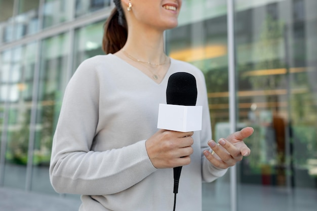 Periodista mujer caucásica al aire libre