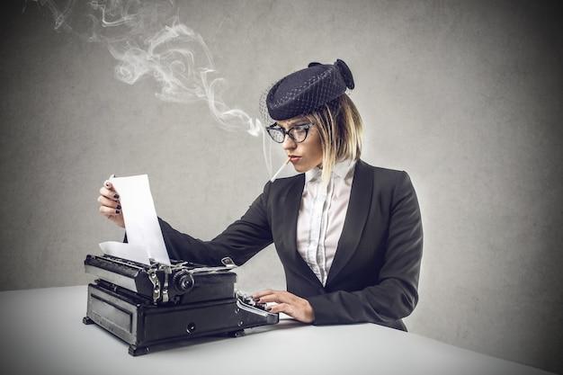 Periodista pasado de moda escribiendo en una máquina de escribir