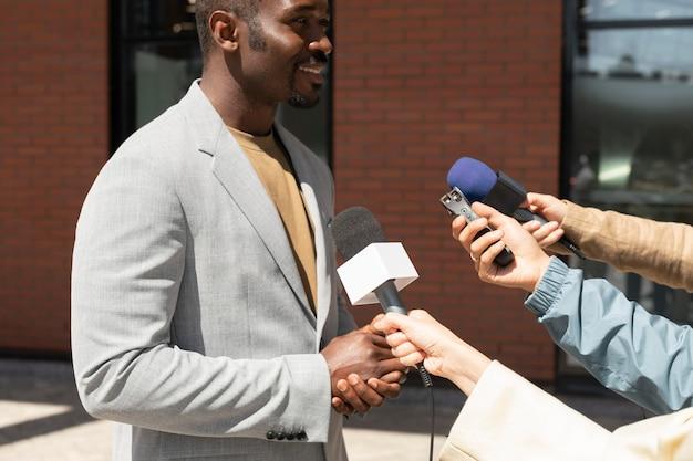 Periodistas que toman una entrevista al aire libre