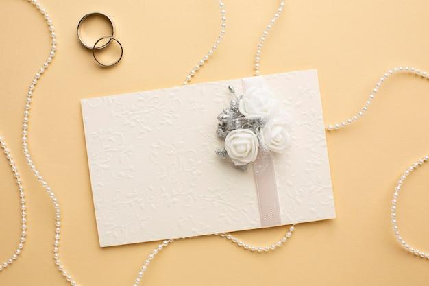 Perlas y anillos de concepto de boda de lujo