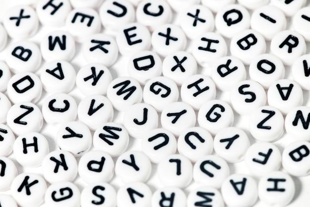Perlas de plástico con letras