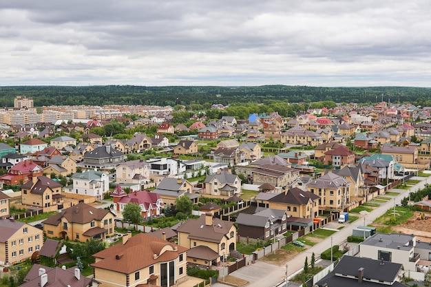 Perm, rusia - 21 de junio de 2020: casas privadas en un barrio suburbano en el borde del bosque, vista superior