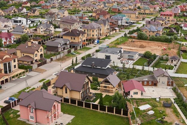 Perm, rusia - 21 de junio de 2020: preparación de un sitio para la construcción de una casa de campo en un barrio suburbano, vista superior