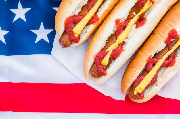 Perritos calientes y bandera americana.
