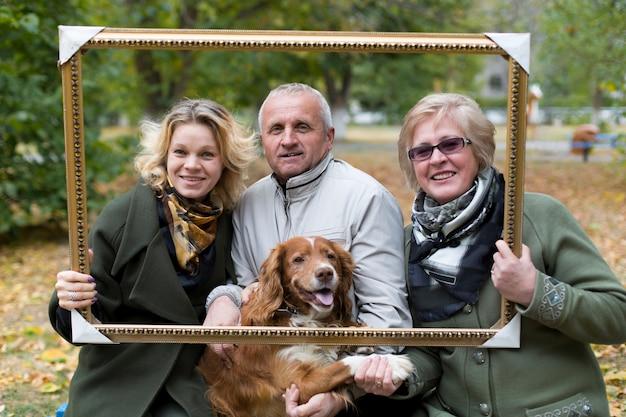 Perro de alimentación familia feliz