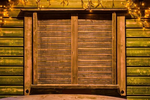 Persianas de madera cerradas