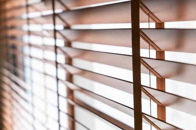 Persianas de madera en la ventana de la sala de estar