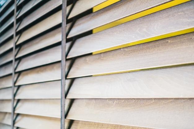 Las persianas de madera y ventana