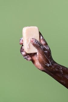 Persona africana lavándose las manos