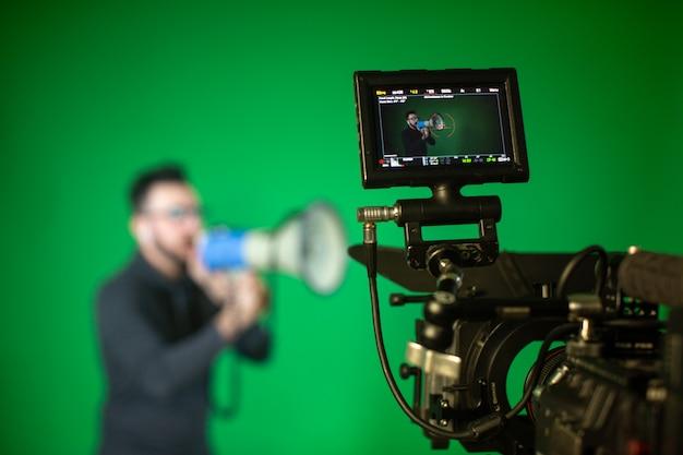 Una persona con altavoz delante de la cámara.