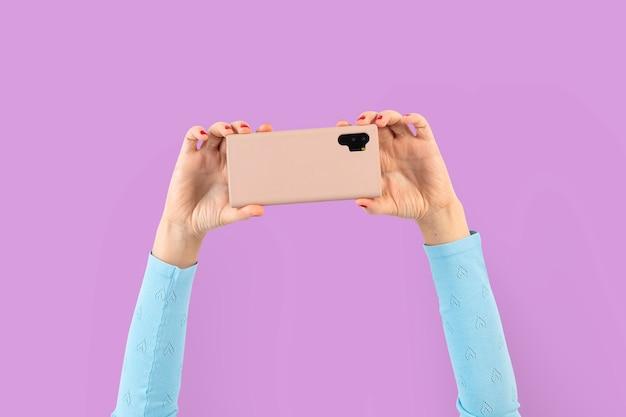 Persona de la audiencia de las redes sociales filmando a través del teléfono inteligente