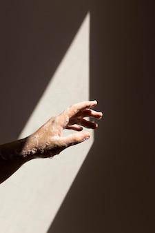 Persona caucásica lavarse las manos con jabón