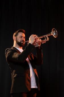 Persona celebrando el día del jazz