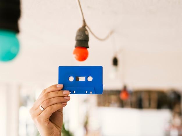 Persona con cinta de cassette en alto
