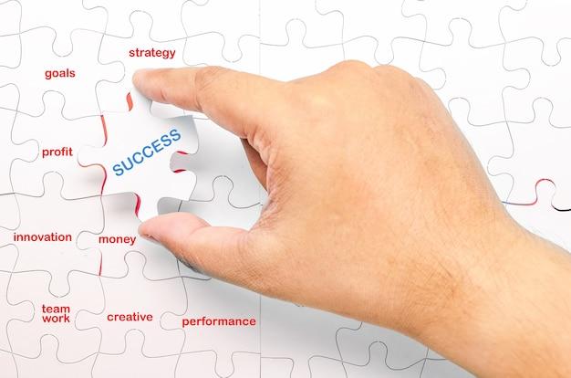 Persona colocando la última pieza del rompecabezas imagen conceptual de éxito