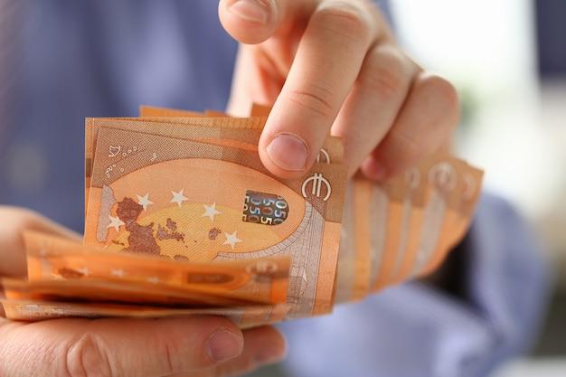Persona contando dinero ahorro concepto de finanzas