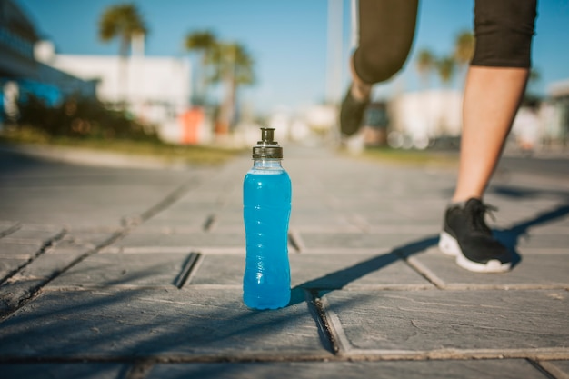 Persona corriendo en la bebida azul