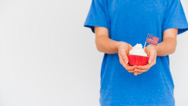 Persona de la cosecha con pastel en las manos