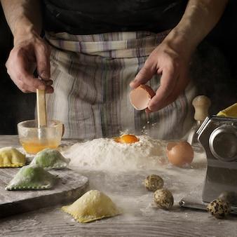 Persona con cuchara de madera y huevo