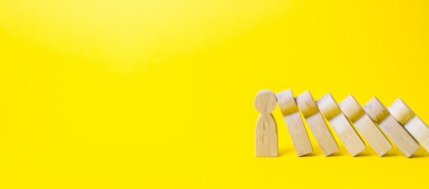La persona detiene la caída de figuras como el dominó.