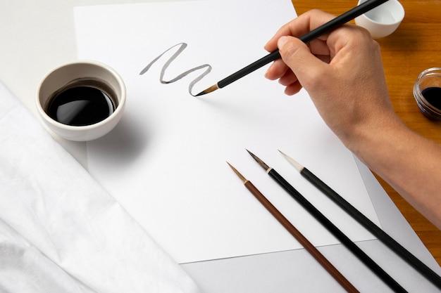 Persona dibujando una línea curva
