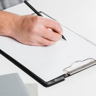 Persona diestra y copia espacio papel