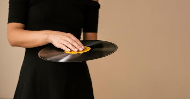 Persona con disco de vinilo con espacio de copia