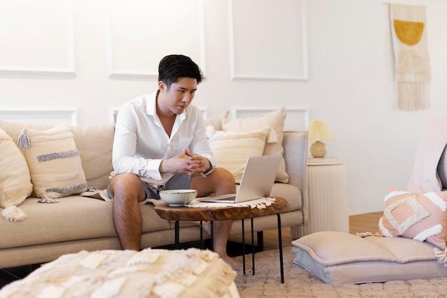 Persona disfrutando de un momento de relax en casa