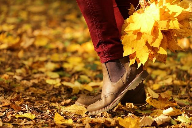 Persona disfrutando el otoño en el parque